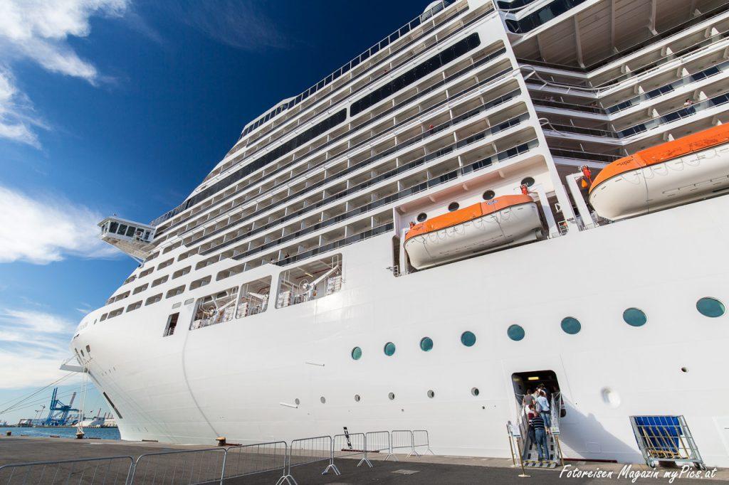 MSC Fantasia Kreuzfahrtschiff im Hafen von Civitavecchia (Rom)