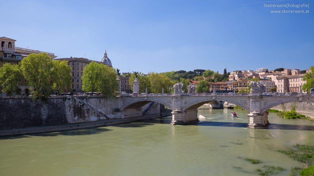 Engelsbrücke über den Fluss Tiber in Rom