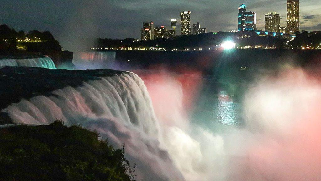 Beleuchtete Niagarafälle in der Nacht