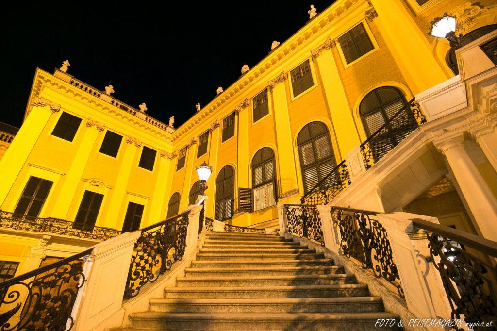 Sehenswürdigkeit Schloss Schönbrunn in der Nacht