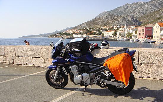 Motorrad im Starigrad Hafen