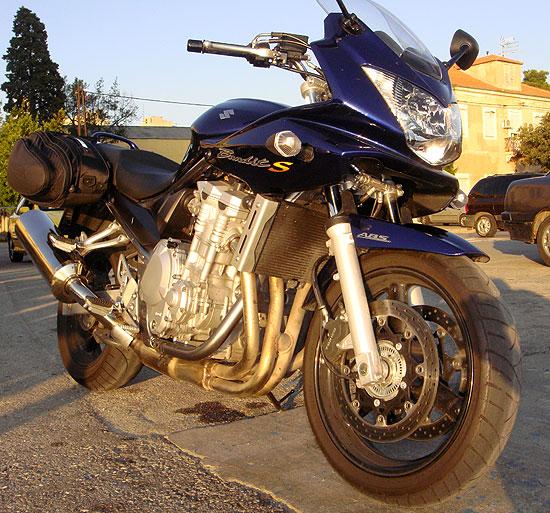 Motorrad glänzt in der kroatischen Abendsonne