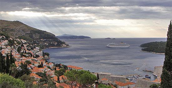 Costa Kreuzfahrtschiff vor Dubrovnik