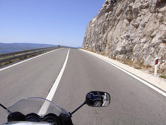 Straßenverlauf an der kroatischen Küstenstraße