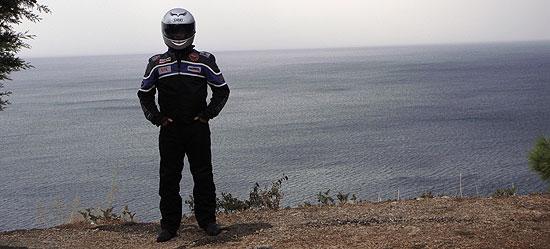Biker vor dem Abgrund an der Küste