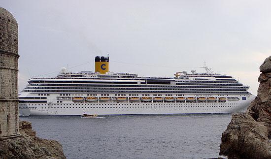 Aussicht beim Essen auf ein Costa Kreuzfahrtschiff